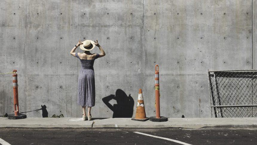 Moteris žiūri į betoninę sieną