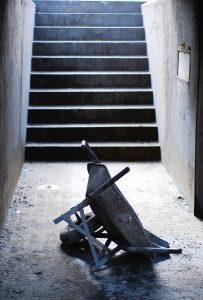 Betoninės grindys ir apvirtęs karutis