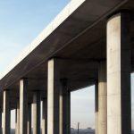 Tiltas su kolonomis
