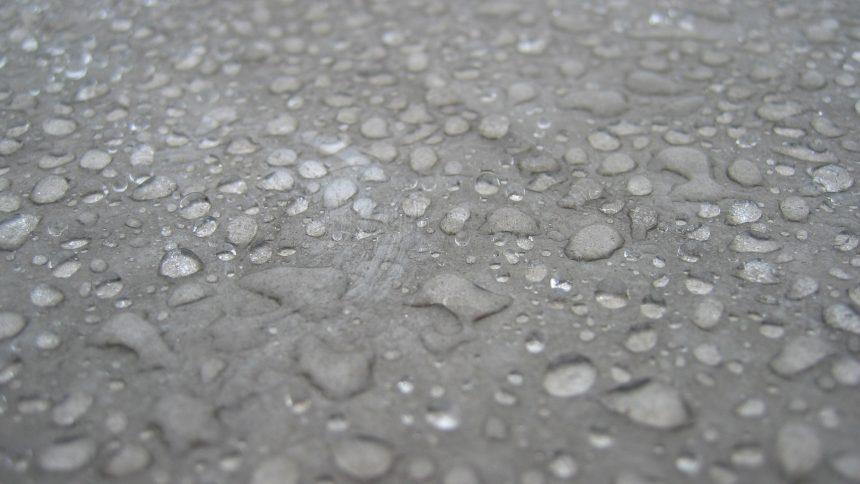 Vandens lašai ant betono